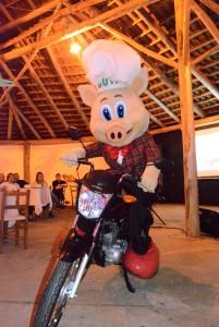 Buti apresentou a moto que será sorteada no final da Suinofest