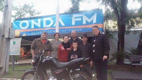 Marisene e sua família com a equipe da Onda FM