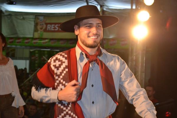 Daniel Rocha também desfilou com roupas gaúchas (Crédito: Carina Marques)